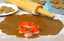 Biscotti del pan di zenzero di cottura Fotografie Stock Libere da Diritti