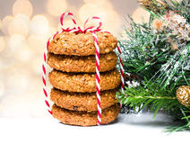 Biscotti del pan di zenzero di Natale con le decorazioni con su Defocuse fotografie stock
