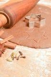 Biscotti del pan di zenzero di Natale di cottura La scena descrive la pasta rotolata Immagine Stock Libera da Diritti