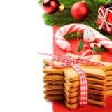 Biscotti del pan di zenzero di natale nella regolazione festiva Immagini Stock