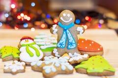 Biscotti del pan di zenzero di Natale su un fondo del bokeh Immagini Stock Libere da Diritti