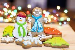 Biscotti del pan di zenzero di Natale su un fondo del bokeh Fotografia Stock Libera da Diritti