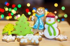 Biscotti del pan di zenzero di Natale su un fondo del bokeh Immagine Stock Libera da Diritti