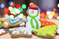 Biscotti del pan di zenzero di Natale su un fondo del bokeh Immagine Stock