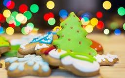 Biscotti del pan di zenzero di Natale su un fondo del bokeh Fotografie Stock