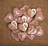 Biscotti del pan di zenzero di forma del cookiesHeart del pan di zenzero di forma del cuore fotografia stock libera da diritti