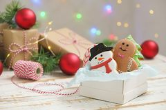 Biscotti del pan di zenzero di Natale nella fine di legno bianca del fondo del contenitore di regalo su Immagine Stock Libera da Diritti