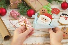 Biscotti del pan di zenzero di Natale nella fine di legno bianca del fondo del contenitore di regalo su Immagine Stock
