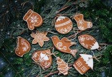 Biscotti del pan di zenzero di Natale nello stile d'annata Immagini Stock