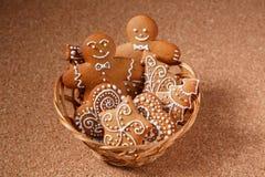 Biscotti del pan di zenzero nel canestro Fotografia Stock