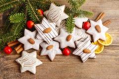 Biscotti del pan di zenzero nella forma della stella decorati con le mandorle Fotografia Stock