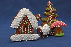 Biscotti del pan di zenzero su fondo blu, casa, albero, fungo, s Immagini Stock Libere da Diritti