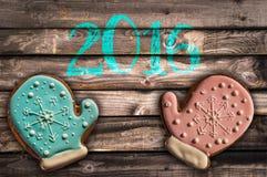 2016, biscotti del pan di zenzero su fondo di legno Fotografie Stock Libere da Diritti
