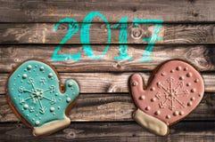 2017, biscotti del pan di zenzero su fondo di legno Fotografia Stock Libera da Diritti