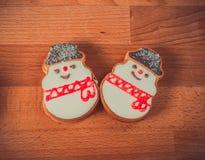 Biscotti del pan di zenzero su fondo di legno Pupazzo di neve, cervo, abete, stivale, Santa Claus, guanto Fotografia Stock Libera da Diritti