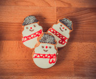 Biscotti del pan di zenzero su fondo di legno Pupazzo di neve, cervo, abete, stivale, Santa Claus, guanto Immagine Stock Libera da Diritti