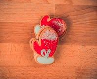 Biscotti del pan di zenzero su fondo di legno Pupazzo di neve, cervo, abete, stivale, Santa Claus, guanto Fotografie Stock Libere da Diritti
