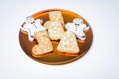 Biscotti del pan di zenzero sul piatto di oro Fotografia Stock Libera da Diritti