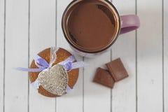 Biscotti del pan di zenzero, tazza del cioccolato al latte, del cacao e dei cuori metallici Celebrazione di giorno di biglietti d Immagini Stock Libere da Diritti