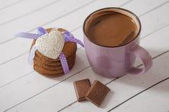 Biscotti del pan di zenzero, tazza del cioccolato al latte, del cacao e dei cuori metallici Celebrazione di giorno di biglietti d Fotografia Stock Libera da Diritti