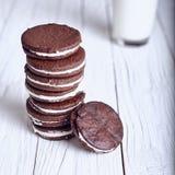Biscotti del panino del cioccolato con crema che riempie sul fondo di legno Immagine Stock Libera da Diritti