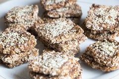 Biscotti del vegano da grano e dall'uva passa sul piatto Vista di angolo superiore fotografia stock