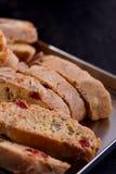 Biscotti deliziosi di biscotti con le ciliege e le nocciole secche con la tazza bianca nera e del tè Stile organico Tazza bianca  immagine stock libera da diritti