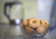 Biscotti deliziosi per la fine della prima colazione - su in un vaso con un bollitore nei precedenti immagini stock libere da diritti