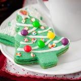 Biscotti dell'albero di Natale su un piatto bianco con una tazza di caffè Immagini Stock Libere da Diritti