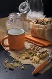 Biscotti dell'arachide con latte per la prima colazione Fotografia Stock