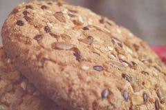biscotti dell'avena del primo piano grandi con i semi del sesamo, del lino e di girasole Macro Immagine Stock Libera da Diritti