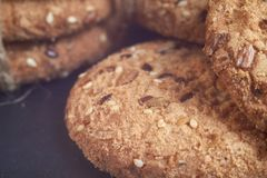 biscotti dell'avena del primo piano grandi con i semi del sesamo, del lino e di girasole Macro Fotografie Stock Libere da Diritti