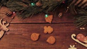 Biscotti dell'uomo di pan di zenzero di DIY sul contesto di legno archivi video