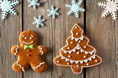 Biscotti dell'uomo e dell'albero di pan di zenzero di Natale Fotografie Stock Libere da Diritti