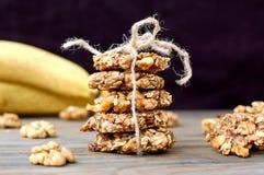 Biscotti della banana con le noci e l'avena su fondo di legno marrone Immagini Stock