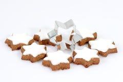 Biscotti della cannella con la taglierina Immagini Stock