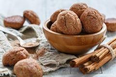 Biscotti della cannella con le crepe Immagini Stock