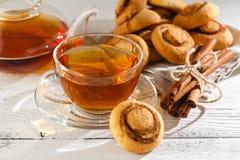 Biscotti della cannella con tè Immagini Stock Libere da Diritti