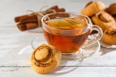 Biscotti della cannella con tè Fotografia Stock Libera da Diritti