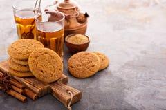 Biscotti della cannella con tè Immagine Stock