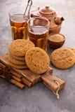 Biscotti della cannella con tè Fotografie Stock