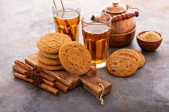 Biscotti della cannella con tè Fotografie Stock Libere da Diritti