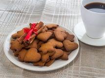 Biscotti della cannella del pepe su un piatto bianco Fotografie Stock