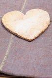Biscotti della cannella di forma del cuore Fotografie Stock Libere da Diritti