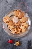 Biscotti della cannella di Natale e decorazioni del nuovo anno Fotografie Stock Libere da Diritti