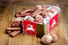 Biscotti della cannella di Natale nel backgrpund di legno di Natale del fondo del bastone di cannella di concetto dell'alimento d Immagini Stock