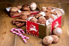 Biscotti della cannella di Natale nel backgrpund di legno di Natale del fondo della caramella gommosa e molle del bastoncino di z Fotografie Stock Libere da Diritti