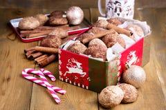 Biscotti della cannella di Natale nel backgrpund di legno di Natale del fondo della caramella gommosa e molle del bastoncino di z Fotografia Stock