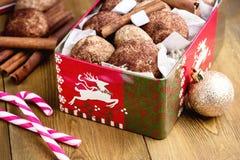 Biscotti della cannella di Natale nel backgrpund di legno di Natale del fondo della caramella gommosa e molle del bastoncino di z Immagine Stock Libera da Diritti