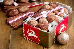 Biscotti della cannella di Natale nel backgrpund di legno di Natale del fondo della caramella gommosa e molle del bastoncino di z Fotografie Stock